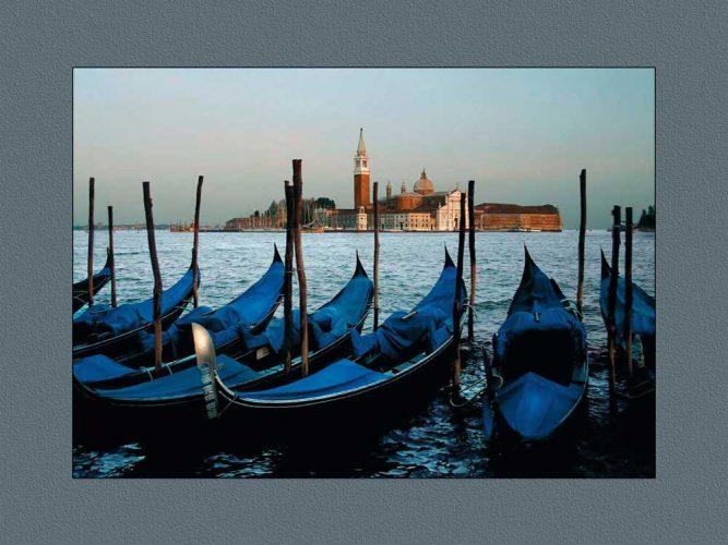 Venedik akşamında kıyıdaki gondollar
